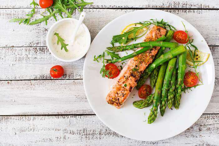 a low carb meal - green asparagus with salmon