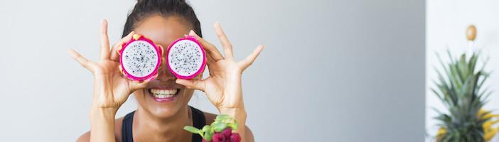 Upfit-Frau-Obst-Augen-verdeckt-getrocknete-früchte