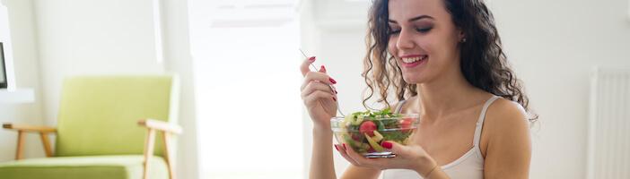 Upfit-Frau-Abnehmen-Salat