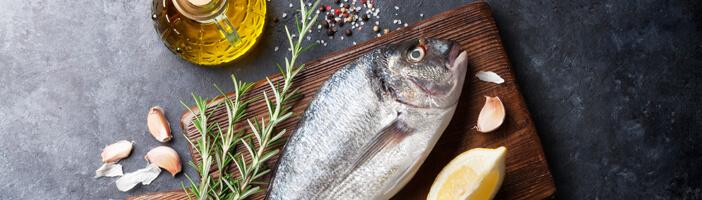 Mediterrane Diät Lebensmittel mit Fisch, Olivenöl und Gewürzen