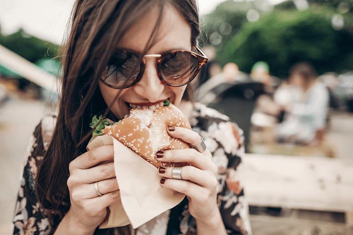 Frau mit Burger - Transfett-Falle